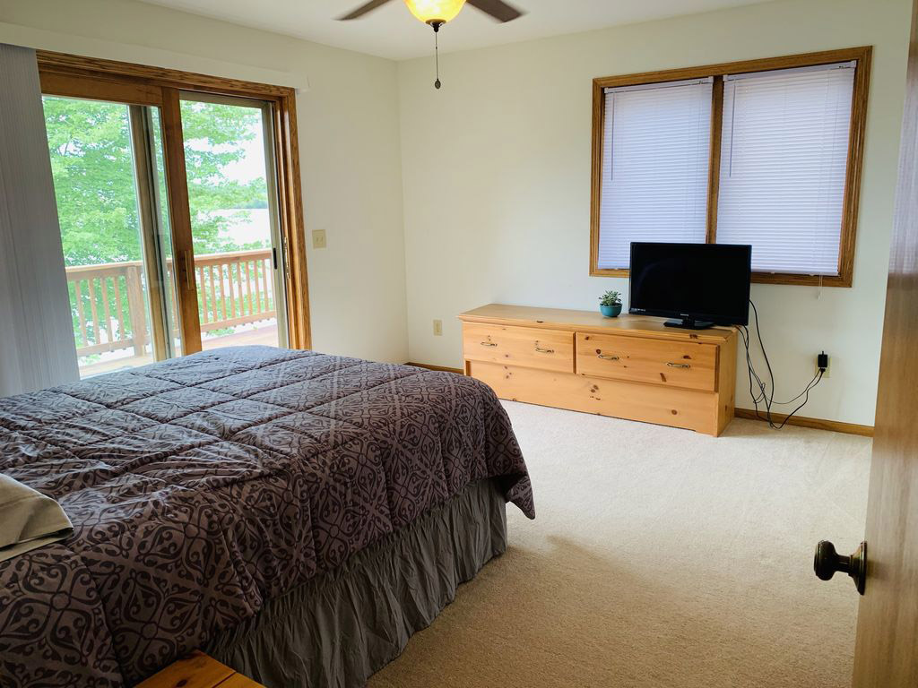 Second bedroom with lake view.